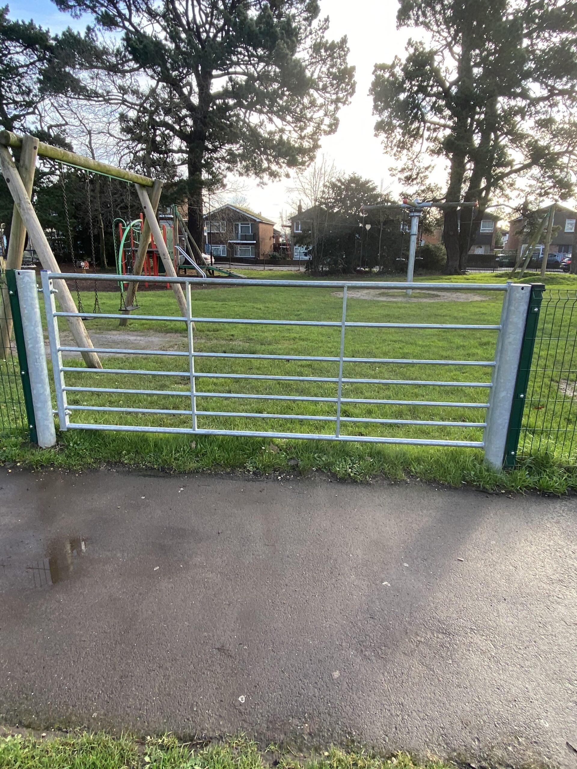 Metal field gate